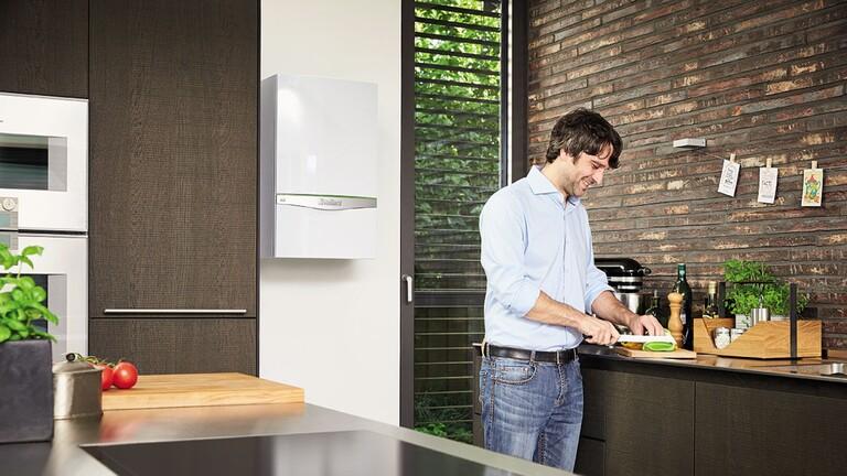 Hombre cocinando con caldera ecoTEC exclusive instalada en la pared