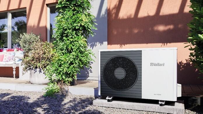 Bomba de calor aroTHERM split en el exterior de una vivienda