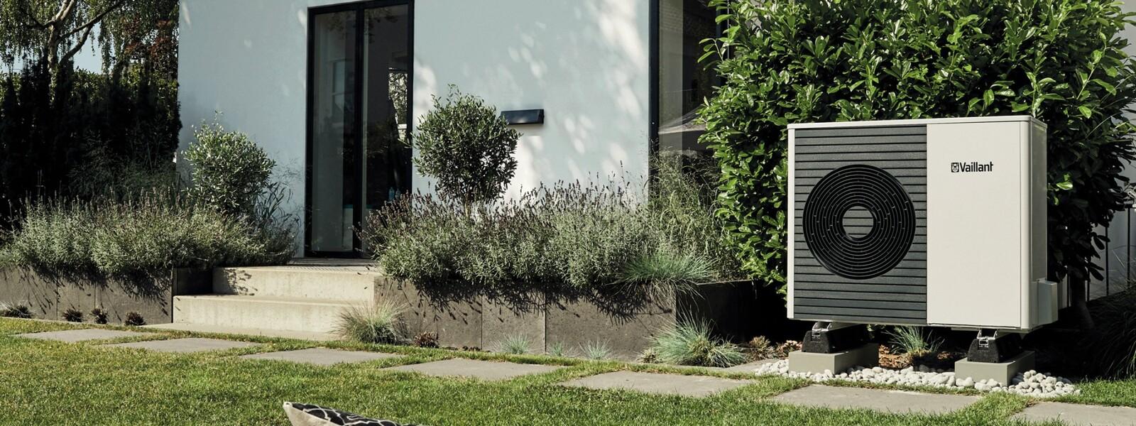 Unidad exterior aroTHERM split en el jardín de una casa