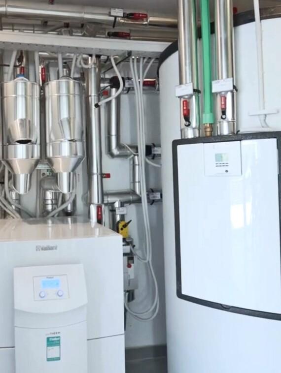 Interior del cuarto técnico con bomba de calor y depósito