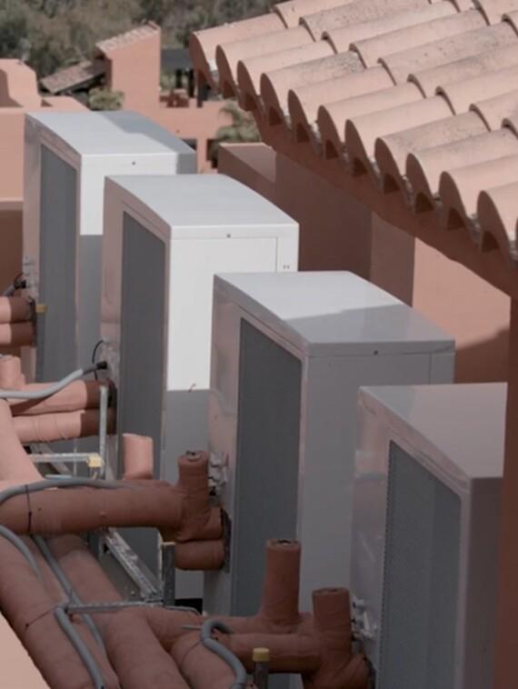 Instalación de bombas de calor aroTHERM en el tejado de las viviendas