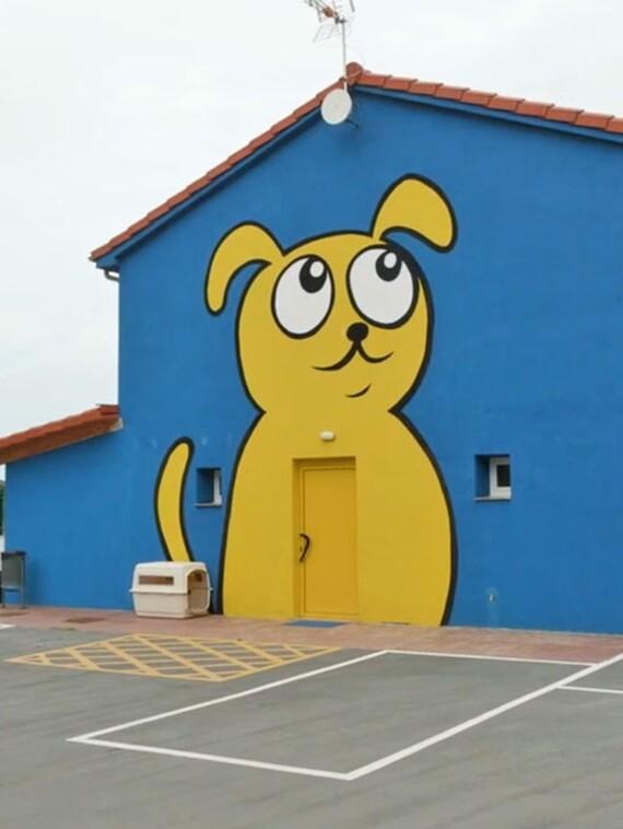 "Exterior del albergue ""El perro feliz"""
