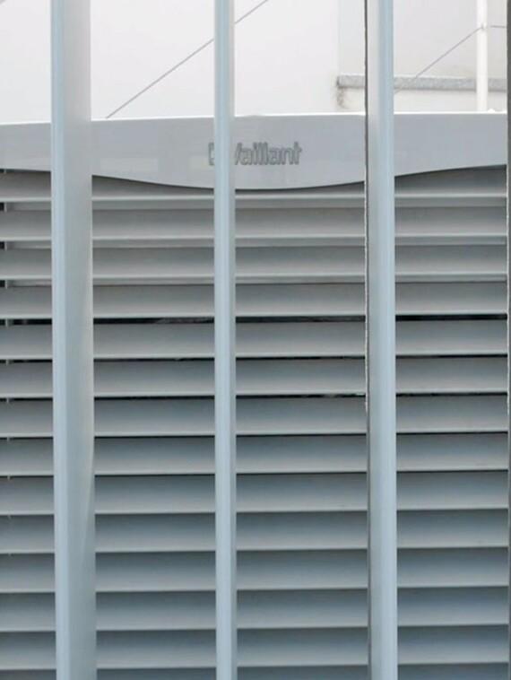 Bomba de calor aroTHERM instalada en el exterior de la vivienda
