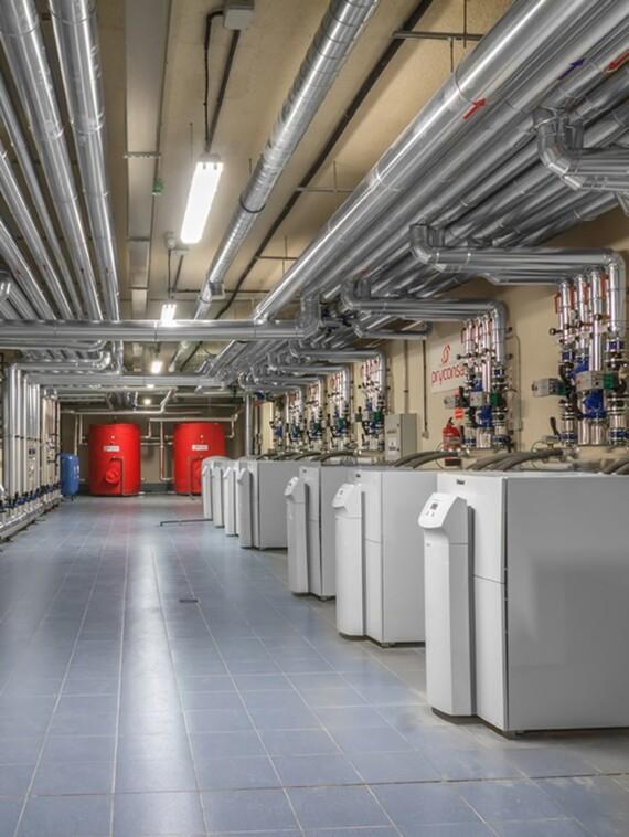 Sala de calderas con bombas de calor de geotermia en cascada