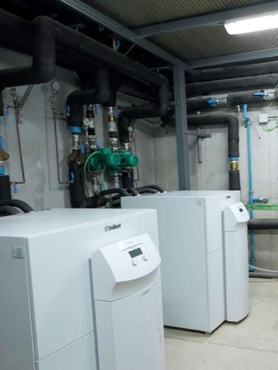Sala de calderas del centro. Dos bombas de calor geotérmicas y un acumulador