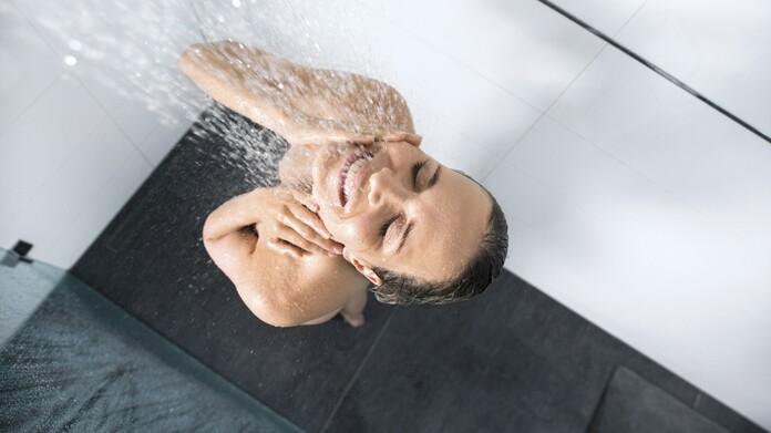Mujer disfrutando de una ducha
