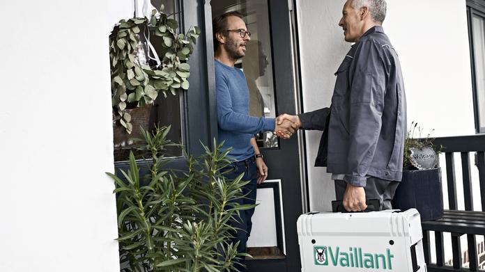 Atencióna al Cliente: Propietario saluda a un colaborador Vaillant en la puerta de casa