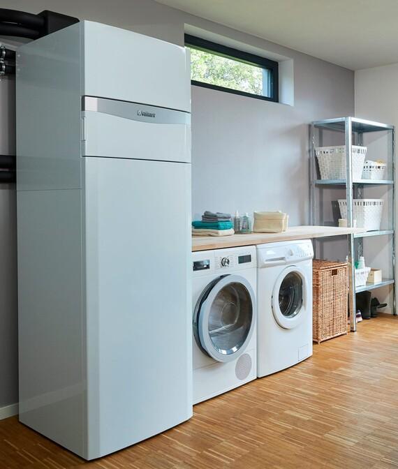 Depósito de ACS y unidad interior uniTOWER en el cuarto de la lavadora