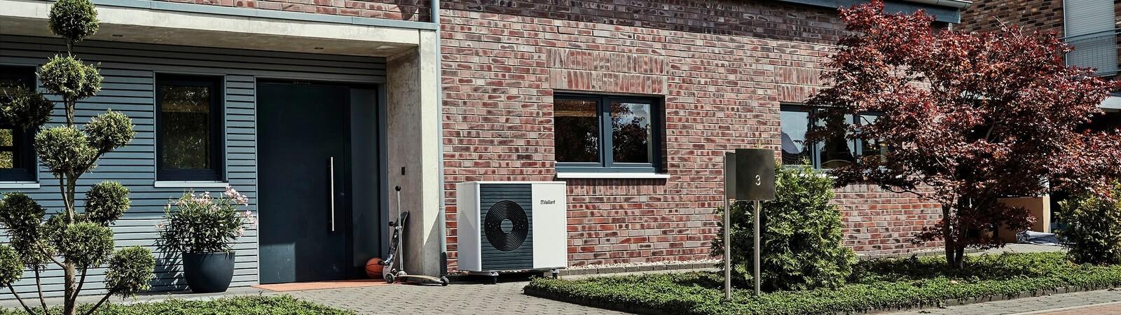 Unidad exterior de bomba de calor aroTHERM split en el exterior de un edificio