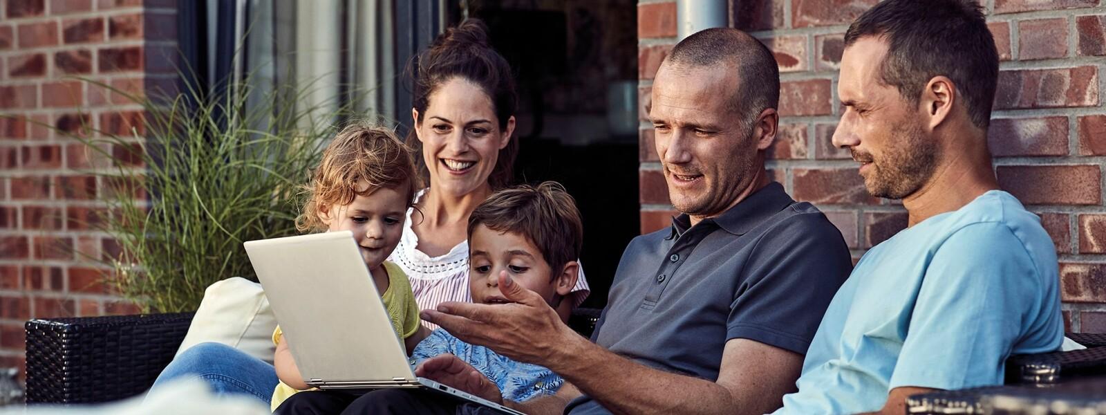 Familia en una consulta para la reforma de calefacción con un instalador