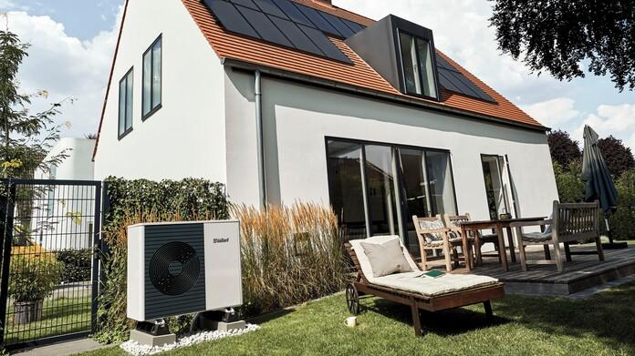 Casa reformada con bomba de calor en el jardín