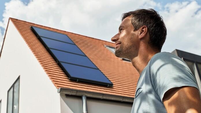 Casa con paneles solares en el tejado