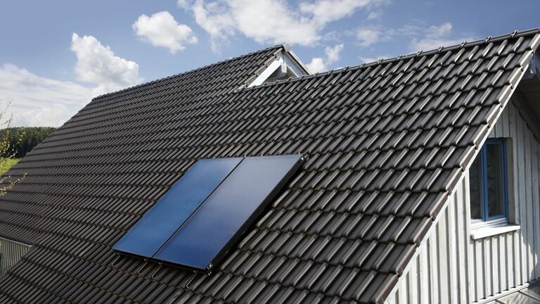 Dos captadores auroTHERM instalados en un tejado negro