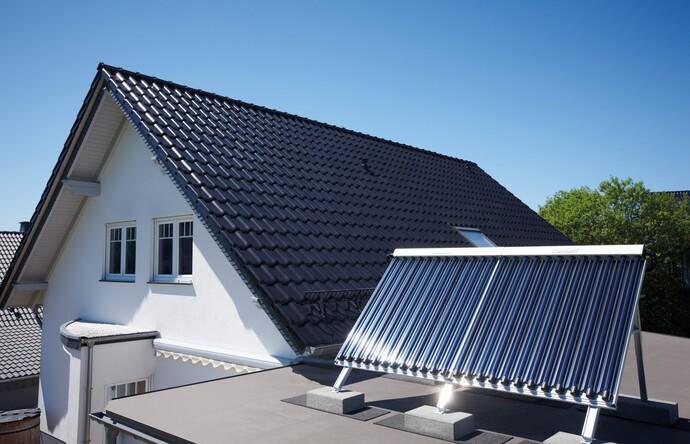 Paneles solares instalados en el exterior de una habitación